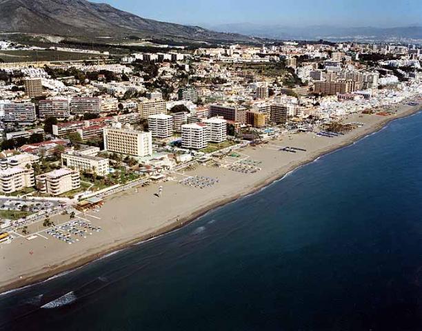Playa la carihuela torremolinos playas de torremolinos y benalm dena m laga - Fotos de hamacas en la playa ...